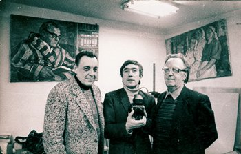Отец (справа) в мастерской художника
